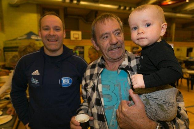 GENERASJONER: Sverre Holm-Vasskog er ett år og kom til frokosten sammen med pappa Thomas Lund Holm og bestefar Svein-Otto Holm.