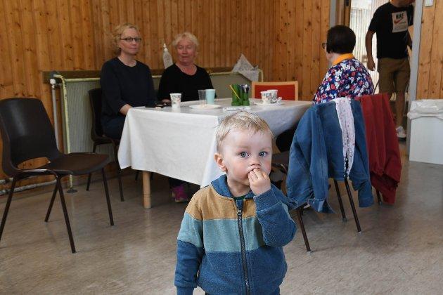 LUNSJTREFF: Tirsdag var det lunsjtreff på Máze skole. Denne karen var en av mange som stakk innom.