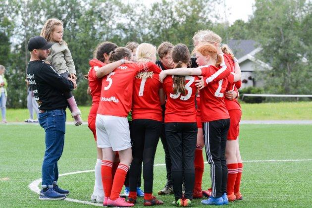 Indrefjord ILs J13-lag hadde spilt seg til finalen i 7er-klassen i Altaturneringen. Her har laget et peptalk før straffesparkkonkurransen mot Bardufoss og Omegn IF.