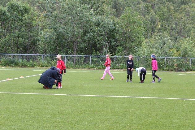 Under Bolystuka arrangerte Finnmark Fotballkrets fotballskole på Vassdalen stadion. Spillere fra både Loppa og Hasvik kommune deltok på fotballskolen.