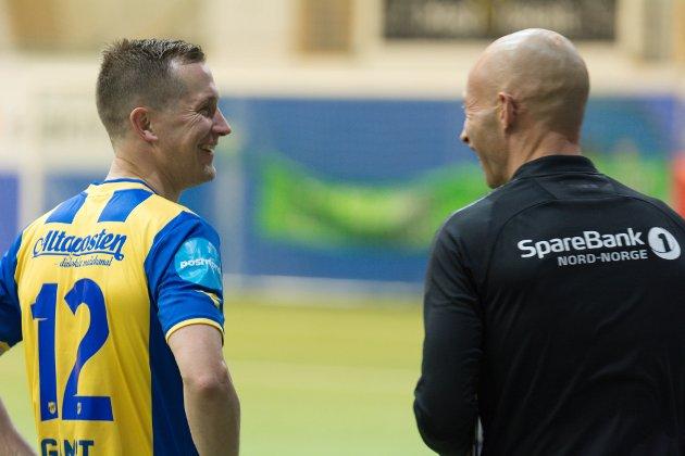 Det var en god tone mellom lagene da ballen var ute av spill. Her er Morten Gamst Pedersen i en morsom samtale med Jonas Ueland Kolstad.