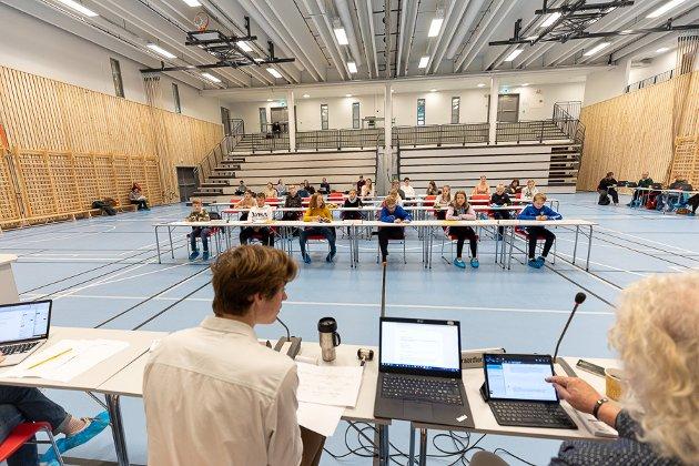 Ungdomsrådet i Harstad frykter at det forebyggende arbeidet i Harstad kommune vil bli dårligere. Her er et bilde av Barn og unges kommunestyre der også ungdomsrådet er representert.