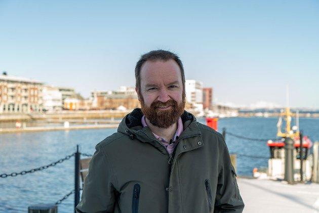 MDG spiller høyt med nordnorske vei-milliarder! Troms Arbeiderpartis 3. kandidat Tom Einar Karlsen foran havna i Harstad.