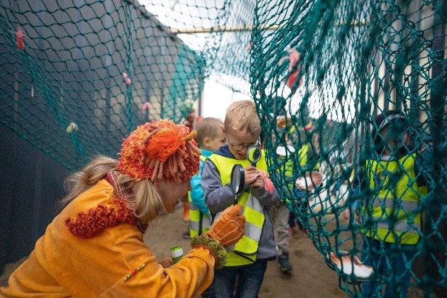 Barna tas gjennom garntunnelen til eventyret i forestillingen Bølgebrus under Festspillene i Nord-Norge.
