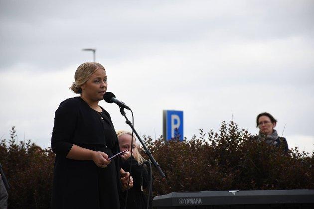 TALTE: Kristine Sandberg, leder i Støttegruppen etter 22. juli-hendelsene avdeling Nord-Trøndelag, holdt en tale under minnemarkeringen i Levanger torsdag.