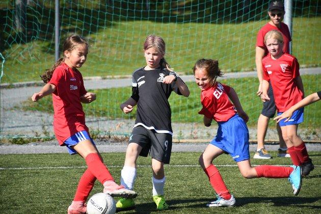 Alia Radwan Rønning, Alva Rundgreen Iversen og  Amalie Worum kjemper om ballen