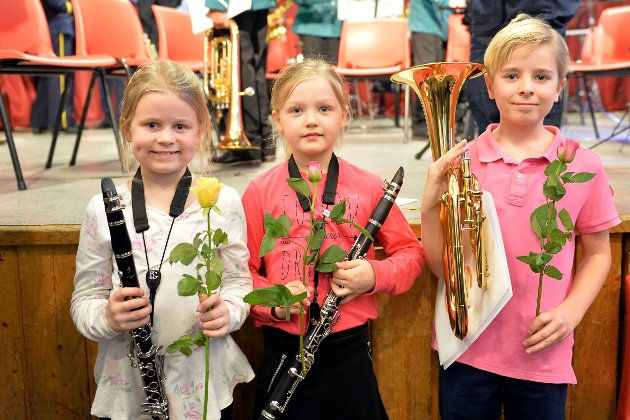 Unge aspiranter: Ida Glende (8år) på klarinett, Hermine Sørensen Korsmo (7 år) på klarinett, og Linus Killingmo (9 år) på alt horn. Kjempemorro og spille, og så er det morsommere enn fiolin, mener Hermine.