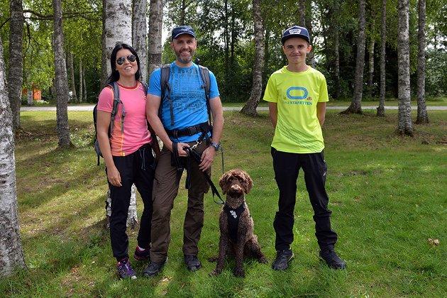 FAMILIETUR: Ann-Kristin Lie Slettum, Torbjørn Slettum, Lukas Lie Slettum og hunden Mio (2) - kjempefin tur og ett supert opplegg, mener familien som var på tur for første gang.