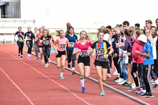 Emilie Lysaker Høgne leder an halvveis på 800 meter for jenter i 9. trinn, mens Andrea Holt Tønsberg ligger hakk i hæl.