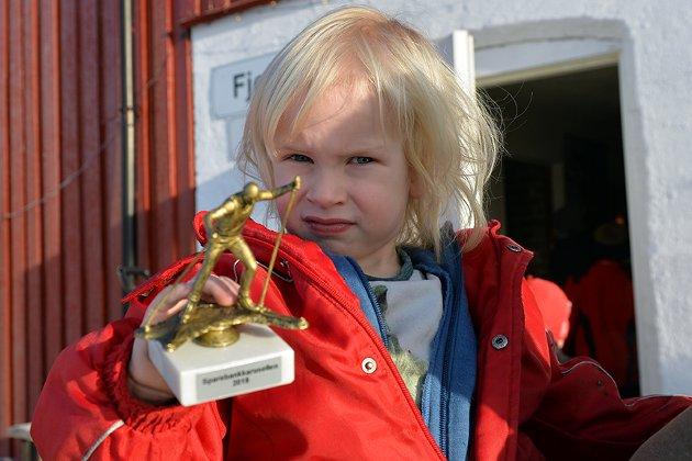 Pokal: Emil Gudbrand Fossneset (4 år) fikk en flott pokal.