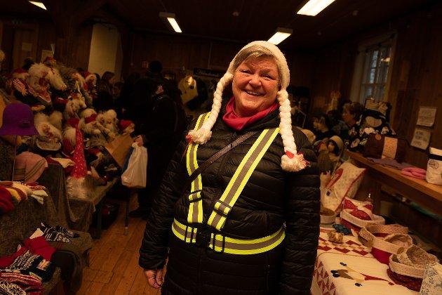 TISSEDAMEN: Den lystige damen på bildet er Anne Jacobsen. Hun er blant annet kjent fra Skansespillet og alle har vært med på alle forestillingene som Romeriksspillene har satt opp. Hun er har rollen som «tissedame» under julemarkedet. – Jeg er avløser for alle de som jobber på standene. Når de trenger en pause av ymse slag, ofte tissepauser, så kan jeg ta over litt for dem, forteller en lattermild Anne Jacobsen.