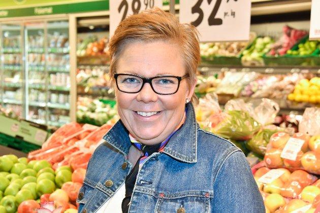 FRA HEMNES: – Dette blir veldig bra, mener Stine Nærby fra Hemnes. – Jeg handler vanligvis litt på Løken også. Man må tenke pris når det gjelder storinnkjøp og man har flere unger. Jeg er glad i Kiwi, og det er alltid bra med litt konkurranse. Det har vært trist i senteret, og det er bra det blir liv her igjen.