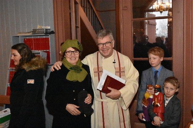 Gunnar Øvstegård treffer mange mennesker på julaften. Her ønsker han Anne May Solli velkommen til julegudstjeneste i Søndre Høland kirke.