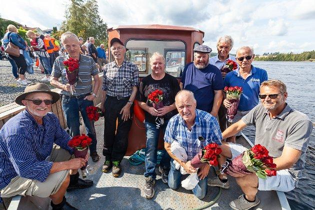 GUTTA SOM RESTAURERTE ASKELADDEN: De dyktige gla'gutta på Askeladden har grunn til å smile etter en fantastisk innsats. Fra venstre: Terje Bøe (Lørenfallet Sørum), Audun Wiik (Sørumsand), Even Woxen (Sørumsand), Bjørn Sundbakken (Fetsund), Rolf Hammeren (Sørum), Torgeir Woxen (Sørumsand), Knut Nicolaisen (Sørumsand). Sittende fra venstre: Reidar Dehli (Fetsund), Haakon Skoglunn (Sørumsand).