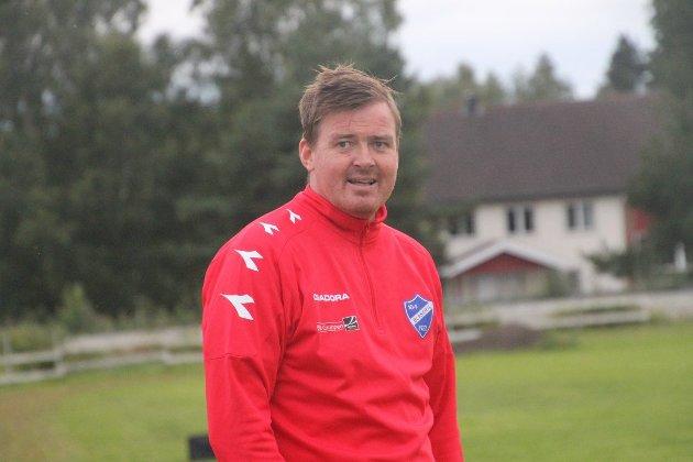 Fredrik «Blaker'n» Larsen (44), fotballtrener i Blaker: – Jeg tror ikke vi har tapt én match på Bruvollen når Øivind har vært der å skrevet om oss, så vi får bare fortsette med det utover. For du klarer vel fem år til, Eriksen? Gratulerer med dagen!