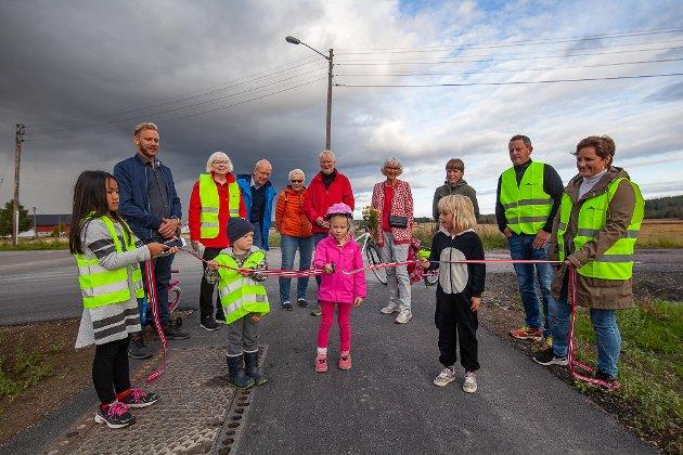 SNORKLIPPING - Victoria Brandvik fikk æren av å klippe snora under markeringen av gang- og sykkelstien fra Monsrudvegen i Blaker til Sørumsand.