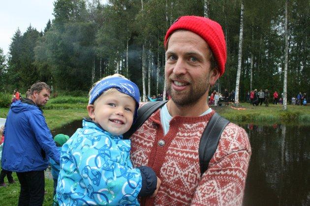 MORO: Andres Gulliksrud (t.h.) og sønnen Aksel synes at å spikke barkebåt var det morsomste på aktivitetsdagen.