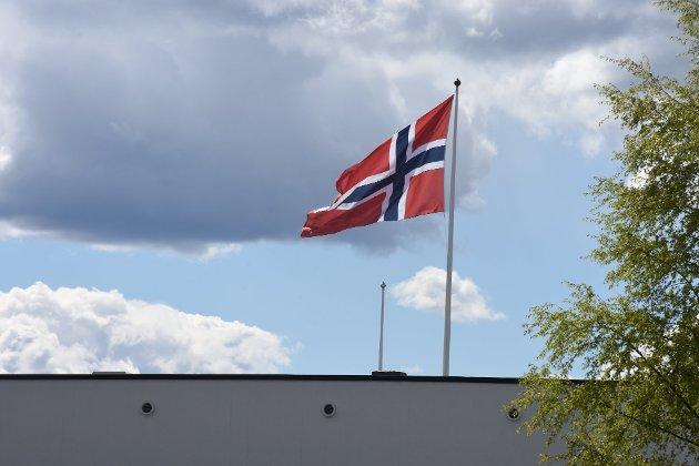 Flagget kommer til å vaie over rådhuset på Bjørkelangen også i år, men en innsender har mange spørsmål rundt den kommende feiringen. Foto: Tine Viktoria Buberg