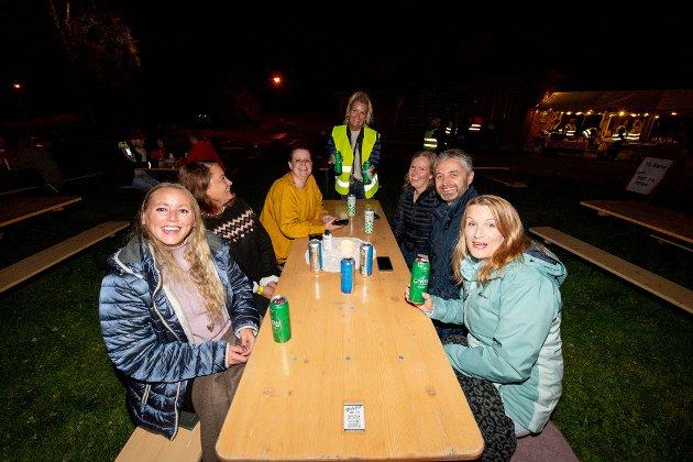 Lene, Elin, Silje, Renate, Jarle og Karoline nyter tradisjonen med å komme hit. Rikke fyller på med drikke til de som ønsker