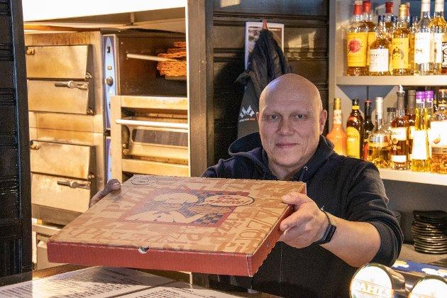 HERR PETTER: Geir Tommy Hammerhaug lager fortsatt pizza til folk i byen, så lenge man tar den med seg. Åpningstidene er litt innskrenket og er nå fra klokken 15-22.