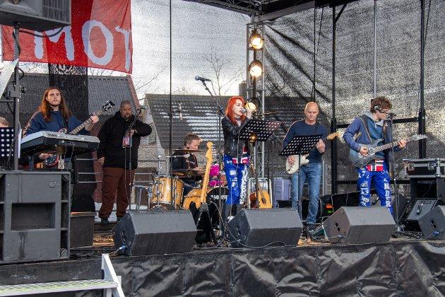 ELEVBIDRAG: Underveis i konserten fikk bandet bestående av lærere hjelp fra tre elever. Sammen framførte de låten It's My Life av Bon Jovi. Fra venstre er Eric Jenssen (bass), Tor Kenneth Rostad, Rune Lie-Gjeseth (trommer), Natalie Iversen (vokal), Stein Ludviksen (gitar), Arthur Andersen (gitar).