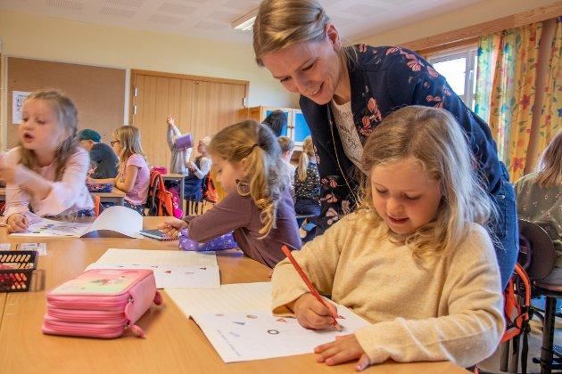 LØSTE OPPGAVER: Elevene fikk en forsmak på matteboken på første skoledag. Her hjelper lærer Inga Sveinsdatter Maurstad til.