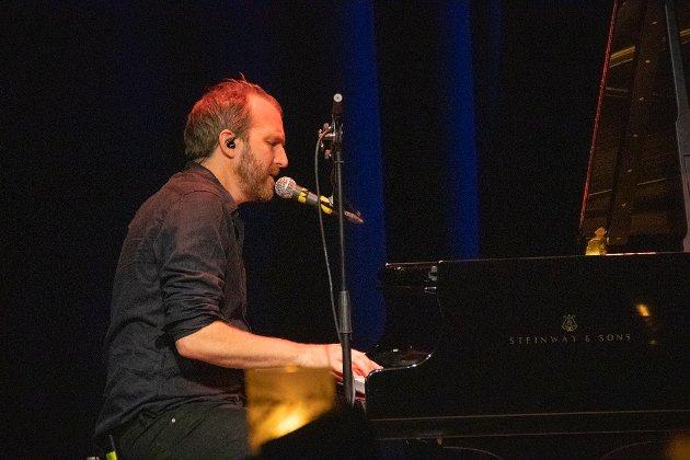FLYGEL: Thom Hell trakterte både strenger og tangenter under intimkonserten på Kulturbadet onsdag kveld.