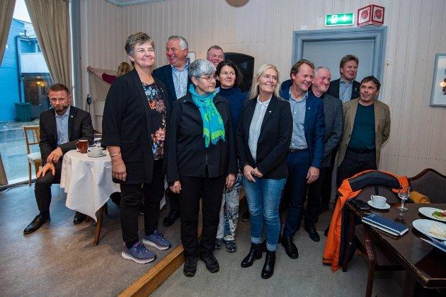 ALLIANSEN: De 11 ordførerne var opprinnelig 12, som da de ble avbildet her under et møte med helseminister Bent Høie (H) i Mosjøen i fjor høst. Siden da har Træna kommune, representert ved ordføer Jan Helge Andersen til høyre, trukket seg fra alliansen.