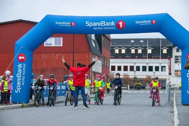 PÅ STARTSTREKEN: Tor Øyvind Johansen Jensen teller ned fra 10 like før han skal sende de yngste syklistene avgårde.
