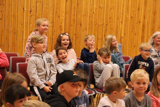 Det var mye latter og glede ved Ura skole da Ravi onsdag holdt konsert for 2. og 3.-trinn.