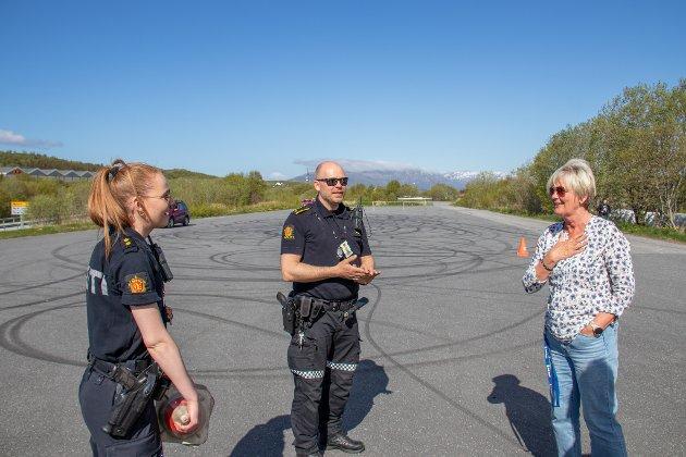 REKTOR: Sissel Merethe Høberg er inne i sin siste måned som rektor, men benyttet anledningen til å bli med russen på kjøreøvelser på Radåsmyra i regi av politiet. I midten står Stian Dahl fra politiet.
