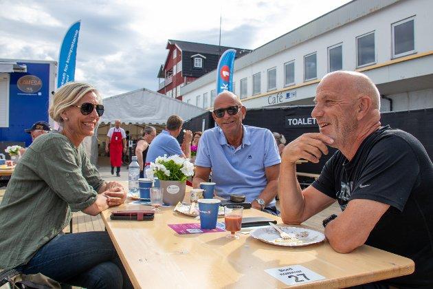 POSITIVT: Lisbeth Mathisen, Robert Tønne og Svein Harald Carlsen nøt en sen frokost på uteområdet på kaien i Sandnessjøen. – Jeg syns dette er veldig positivt for Sandnessjøen. Vi trenger slike ting. Og så er vi så heldig med været. Vi har skrytt sånn at opplegget her på Havna på Kaia, sier MAthisen. Carlsen var selv på åpningskonserten med Adam Douglas, og venter nå på at billettene til Violet Road skal slippes. – Også er det veldig trivelig å treffe så mye hyggelige mennesker, så tidlig på morgenen, sier Tønne med glimt i øyet.