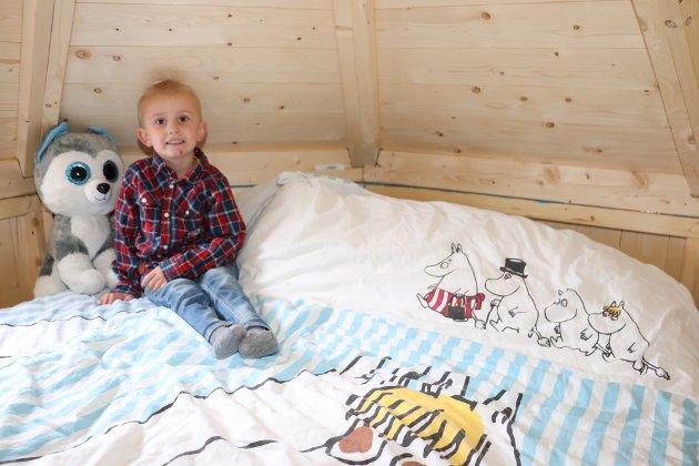 I tredje etasje finnes det en 120 centimeter stor madrass, og Helmer Olai sover her av og til sammen med brødrene Sidrik Johan og Elander Andre. Mummi-sengetrekket er selvsagt på plass.
