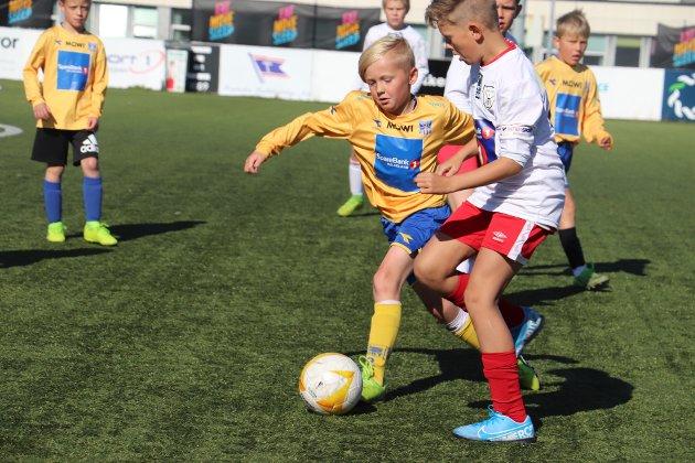 Det var med 66 lag på turneringen, der alle kampene ble spilt utendørs på Stamnes arena. Her er SIL i kamp mot Halsøy IL.