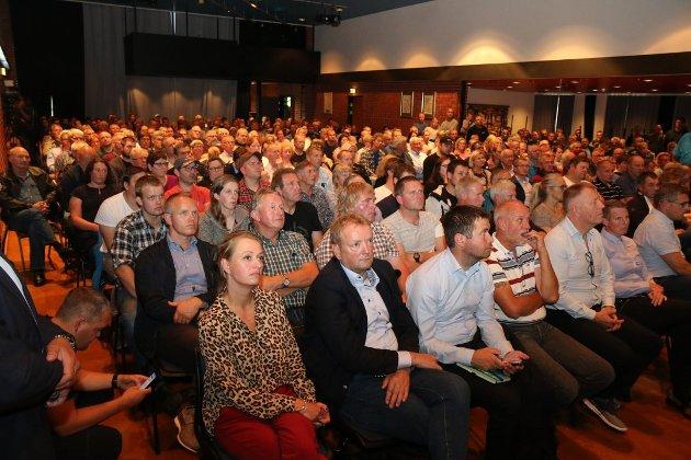 FOLKSOMT: Det var stinn brakke under tysdagens folkemøte om Mattilsynet på Undheim.