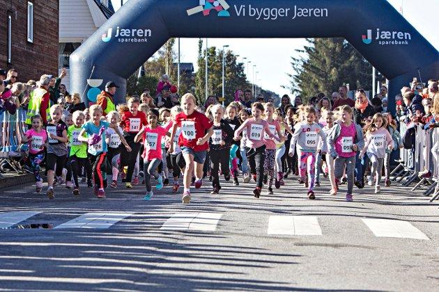Ea Cecilie Jespersen (100) frå Bryne skule starta raskast av jentene i 1.-3. klasse, og kom også først i mål.