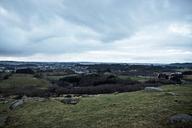 STORT OMRÅDE: Til venstre ser vi Kvernaland og Orstad. Til høyre i bildet er området som kan bli aktuelt for utbygging til kraftkrevende industri.