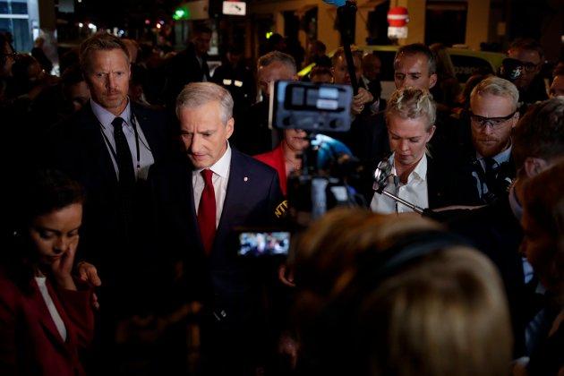 Ap-leder Jonas Gahr Støre omgitt av sikkerhetsvakter og pressefolk på vei til Stortinget etter Arbeiderpartiets valgvake på Folkets hus på valgnatta.