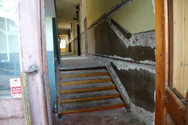 Tidligere Gausetangen skole har lenge stått og forfalt.