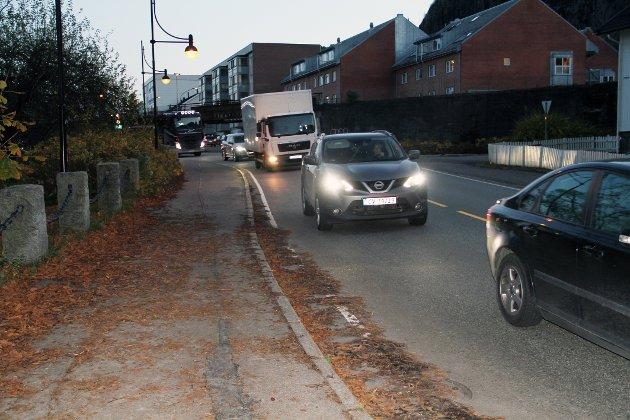 TRAFIKK: Køen gjennom byen blir lang etter ulykker på E18.