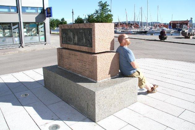 RESPEKTLØST: Skribenten synes lite om at krigsminnesmerket brukes til å sitte på. (Illustrasjonsfoto)