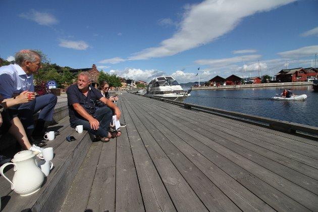Ap-leder Jonas Gahr Støre tok en kaffe med Jarlsberg-redaktør Pål Norby tirsdag formiddag.