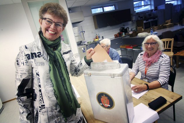 Spent: Senterpartiets toppkandidat i Vestfold, Kathrine Kleveland, stemte på Botne skole. – Det viktigste er et regjeringsskifte, sa hun.      foto: Jarl Rehn-Erichsen