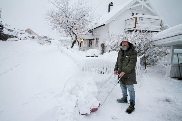 Olaf Brastad fant fram snøskuffa og sydvesten tirsdagsmorgen.