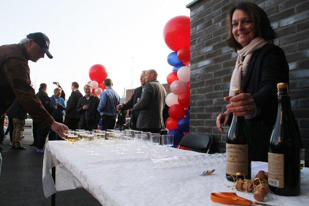 SPRUDLENDE: Anne Cecilie Fosaas i Holmestrand Utvikling serverte sprudlende alkoholfri cider til de mange oppmøtte.