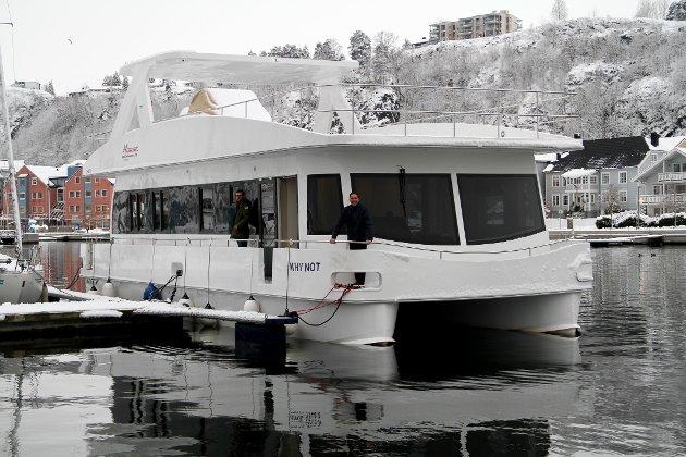 """UNIK: Jon Mørks 50 fots husbåt """"Why Not"""" har fått fast plass i Holmestrand. Til venstre på bildet sønnen Magnus Mørk."""