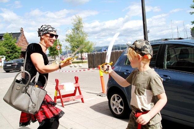 KLARE: Henrik Magnus Geils Johansen (5) og Tone Merete Johansen fra Holmestrand gledet seg til sjørøverfesten.