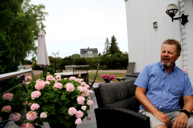 SJENERES: Terje Svanevik ser ikke fram til at uteplassen hans skal få innsyn fra 16 balkonger i opp til treetasjes høyde på tomta i bakgrunnen. (Arkivfoto)