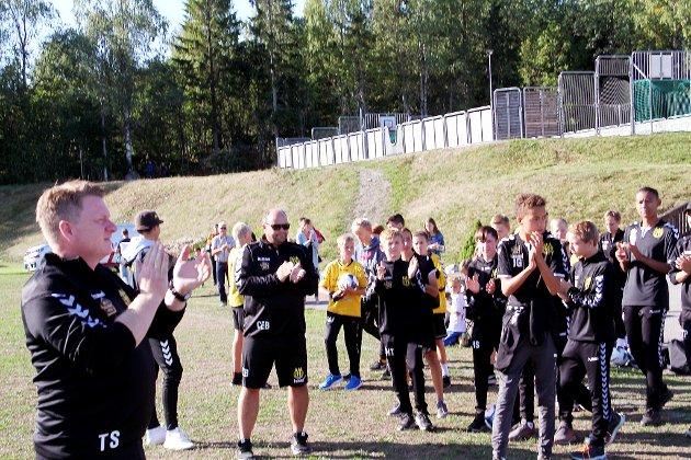 APPLAUS: Cupen begynte med ett minutts applaus for tidligere Gullhaug-leder Morten Rekstad, som mistet livet i en flyulykke i august i fjor.