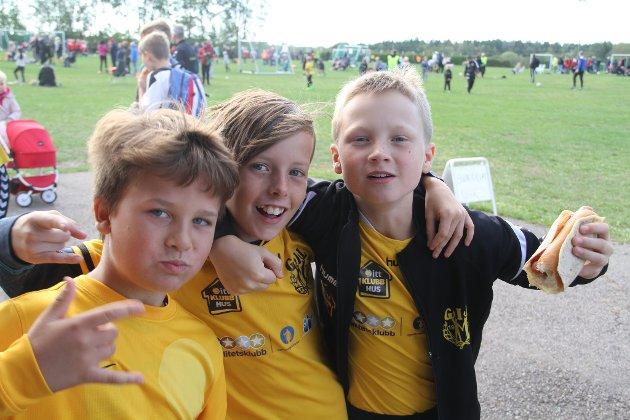 PØLSEPAUSE: Jonathan Tangedal Hagman, Andreas Finden og Nikolai Bråthe (alle 10) fra Gullhaug IL tar seg en pølsepause midtveis i Fotballens dag på Hvitstein.